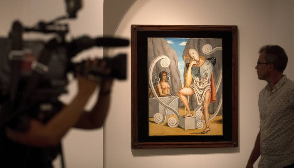 """Un visitante ante la obra """"Edipo y la Esfinge"""" fechada en 1968 en el CaixaForum de Barcelona,"""