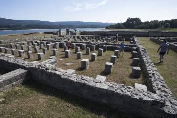 Zona de los 'horrea' o graneros del campamento de Aquis Querquennis, con sus correspondientes pies para aislar las reservas del suelo.