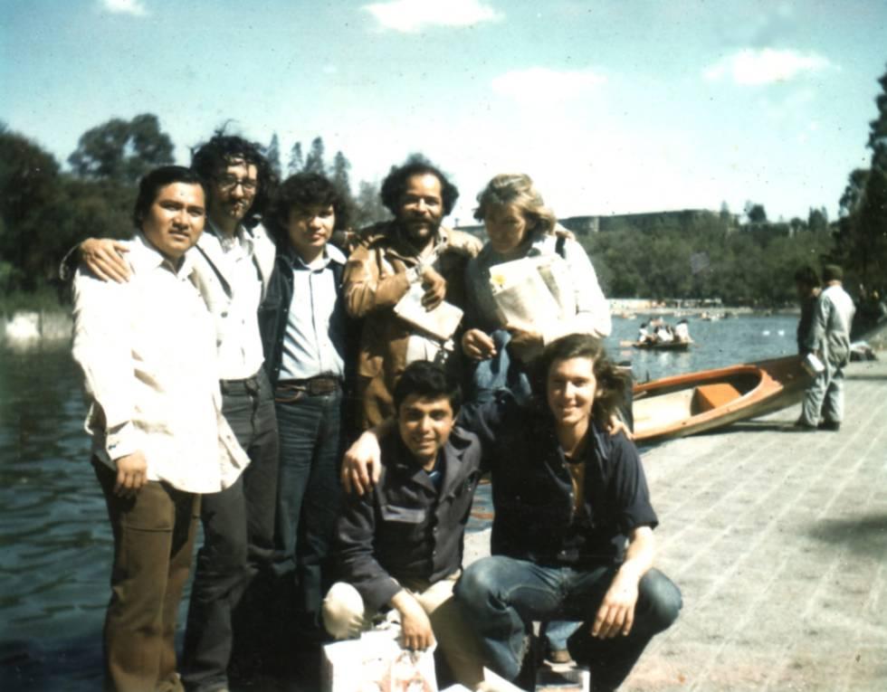 Reunión en Ciudad de México, en 1975. De pie, Macario Matus, Roberto Bolaño, Mario Santiago (Ulises Lima en 'Los detectives salvajes'), Orlando Guillén y Alcira Soust Scaffo. Agachados, Julián Gómez y Bruno Montané.