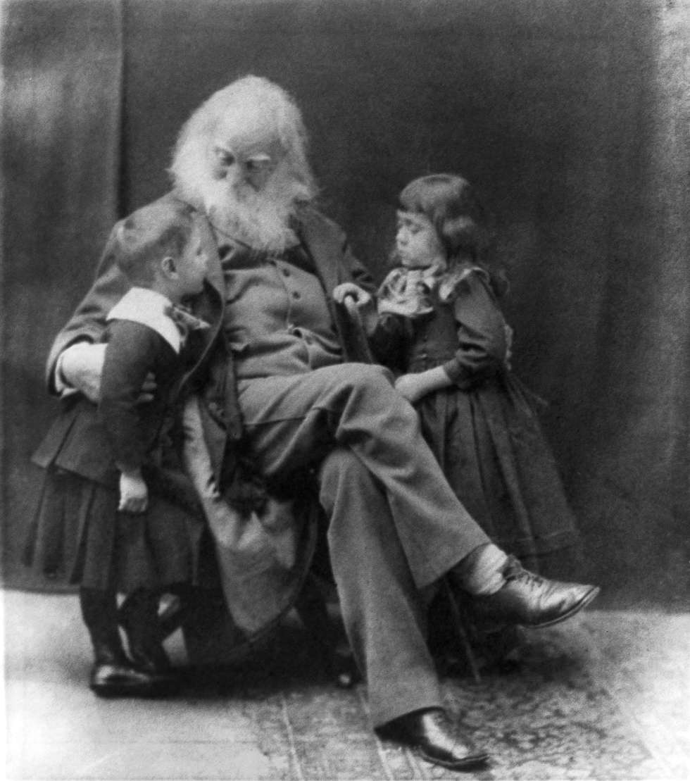 Walt Whitman posa con los hermanos Nigel y Jeanette Cholmeley-Jones en 1887.