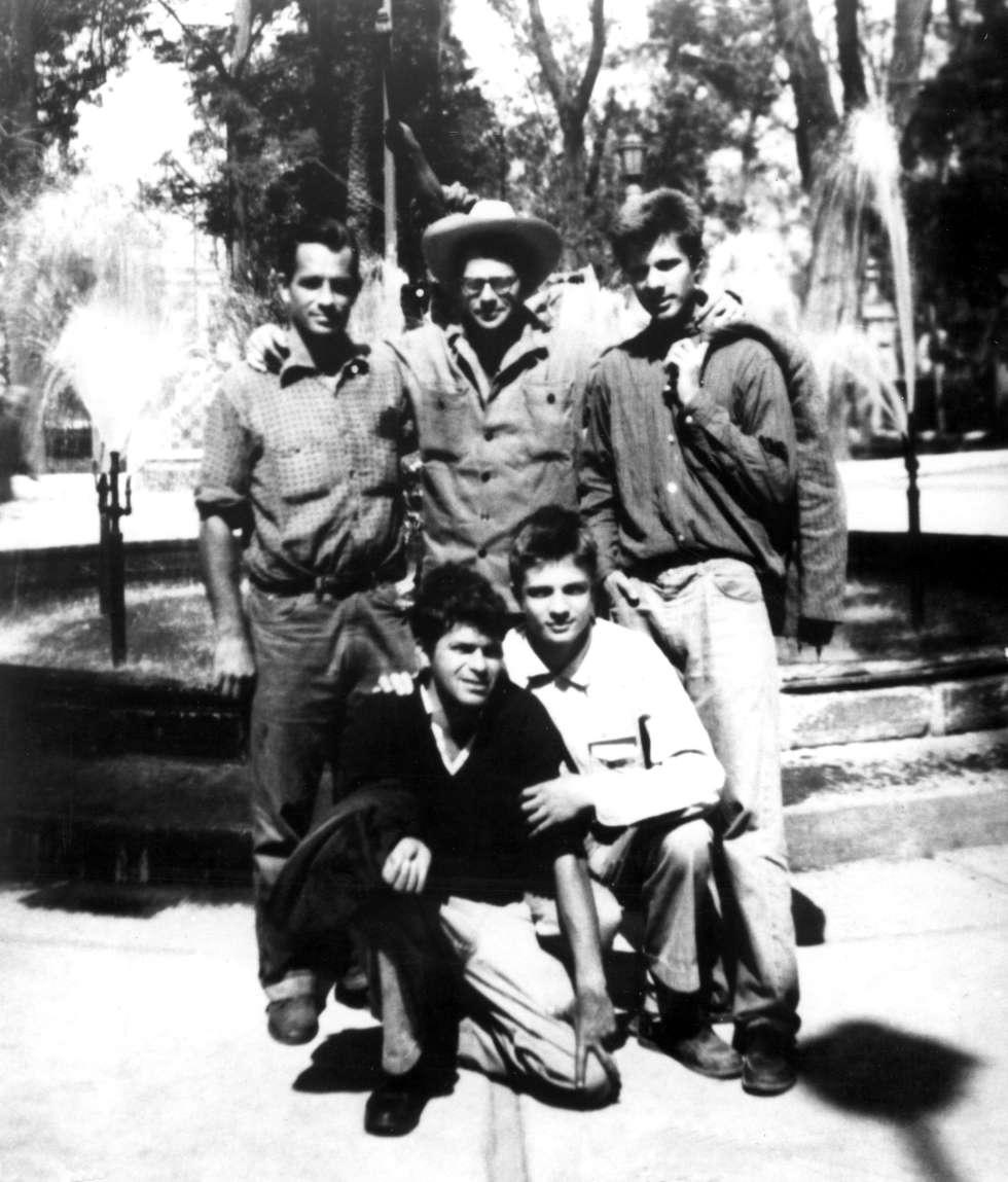 De pie, Jack Kerouac, Allen Ginsberg y Peter Orlovsky. Agachados, Gregory Corso y Lafcadio Orlovsky de vacaciones en Ciudad de México en 1956.