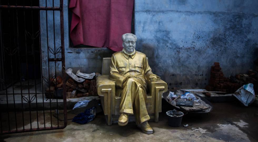 Estatua de Mao en el patio de una fábrica de recuerdos del líder chino en Shaoshan, su ciudad natal.