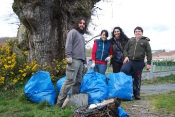Rudy Esteban y Sandra Goded, primero y tercera por la izquierda, junto a dos voluntarios de Antas de Ulla en trabajos de limpieza de montes.