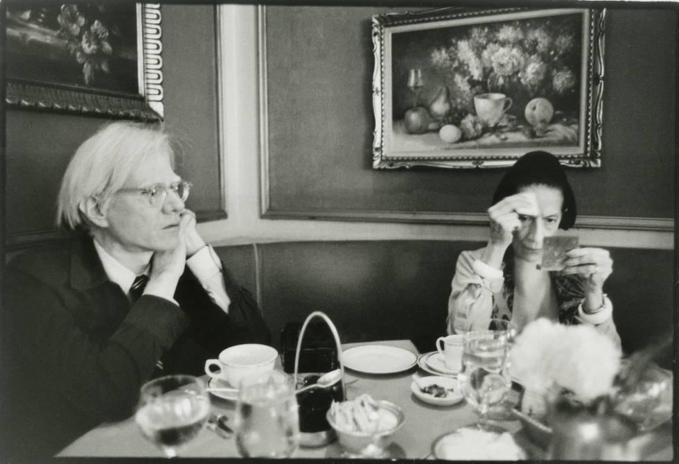 El artista Andy Warhol y la editora de moda Diana Vreeland, en Nueva York en 1976.