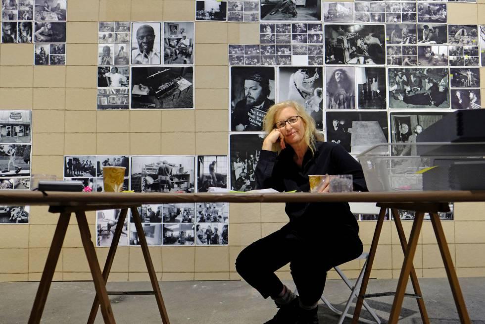 Annie Leibovitz, en Arlés junto a varias de sus fotografías.