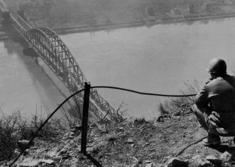 Un soldado estadounidense observa el puente de Remagen, que cruzaba el Rin, en marzo de 1945.