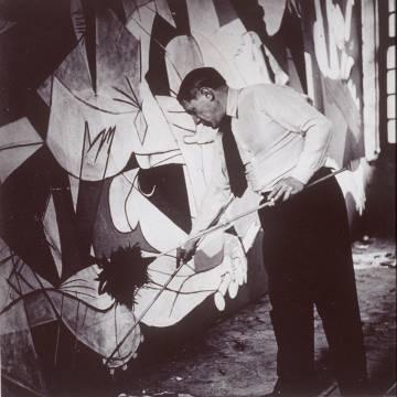 Fotografía tomada por Dora Maar a Picasso en el taller del pintor durante la elaboración del 'Guernica'.