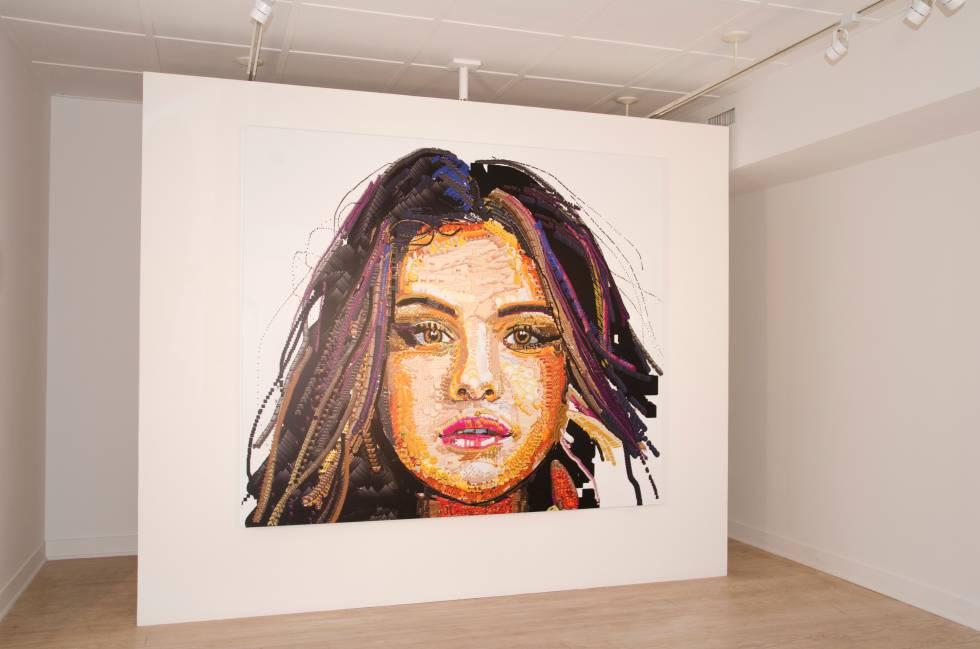 'selena, 2017', una impresión digital del artista Yung Jake en el que retrata a la actriz Selena Gómez con una técnica que recuerda al puntillismo pero realizada con emojis.