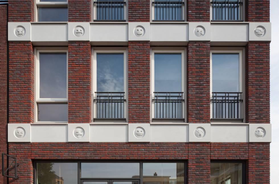 Fachada con emoticonos de un edificio residencial de Amersfoort (Holanda) proyectado por Changiz Tehrani.