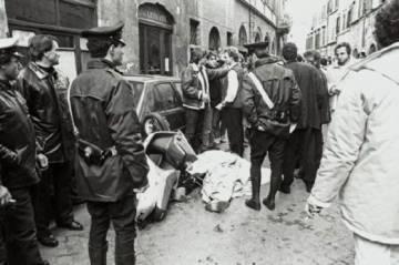 El cadáver de Enrico De Pedis, alias Renatino, tras el tiroteo que acabó con su vida en Roma en 1990.