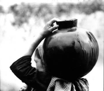 Mujer llevando un jarro de agua, (1926 aprox), de la fotógrafa estadounidense Tina Modotti.