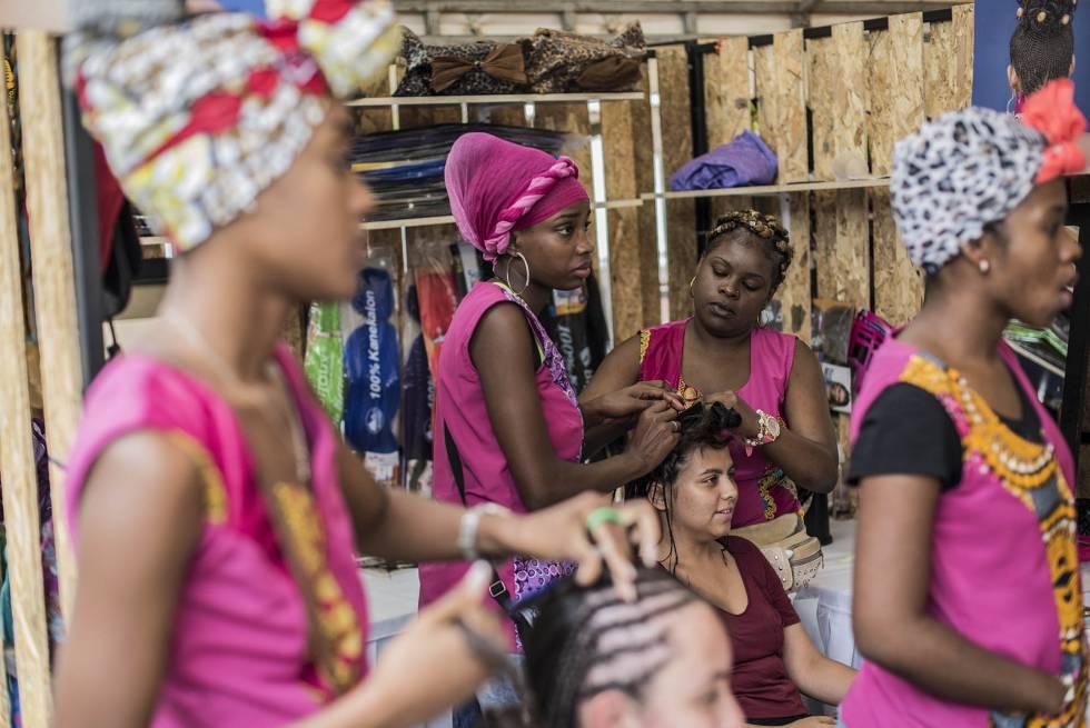 Un grupo de jóvenes afrocolombianos reivindicando el pelo natural de su cultura.