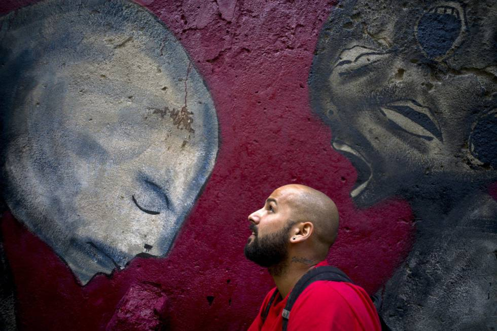 Yulier P. en febrero ante uno de sus murales en La Habana.