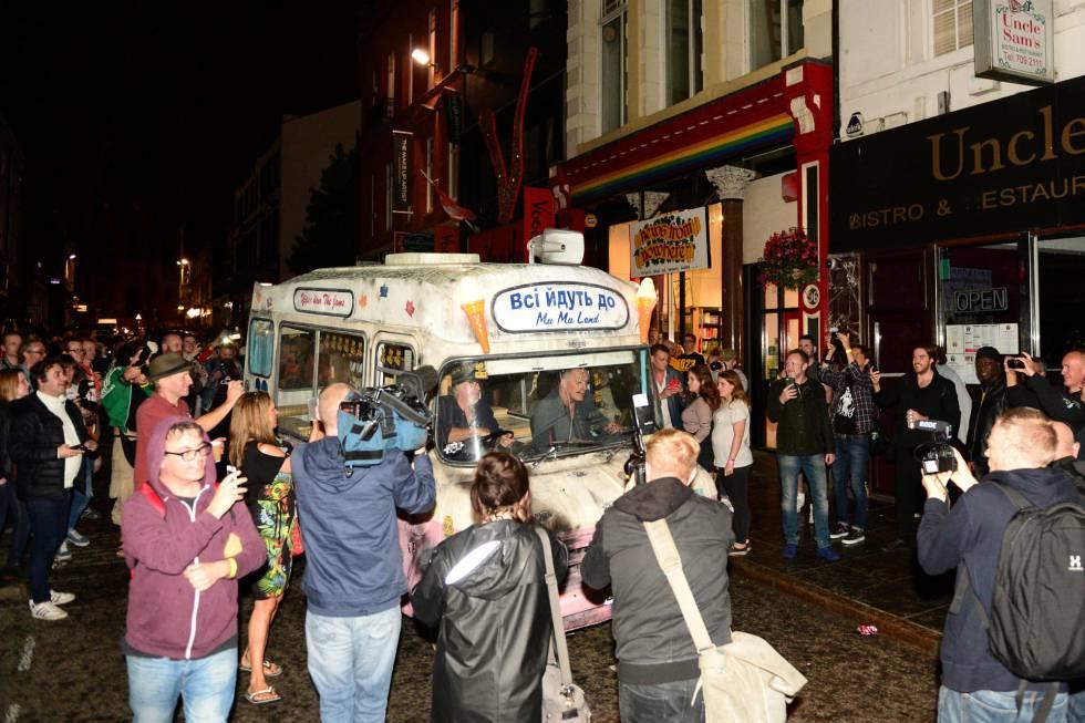 Bill Drummond y Jimmy Cauty a su llegada a la tienda donde presentan su nuevo libro, en Liverpool.