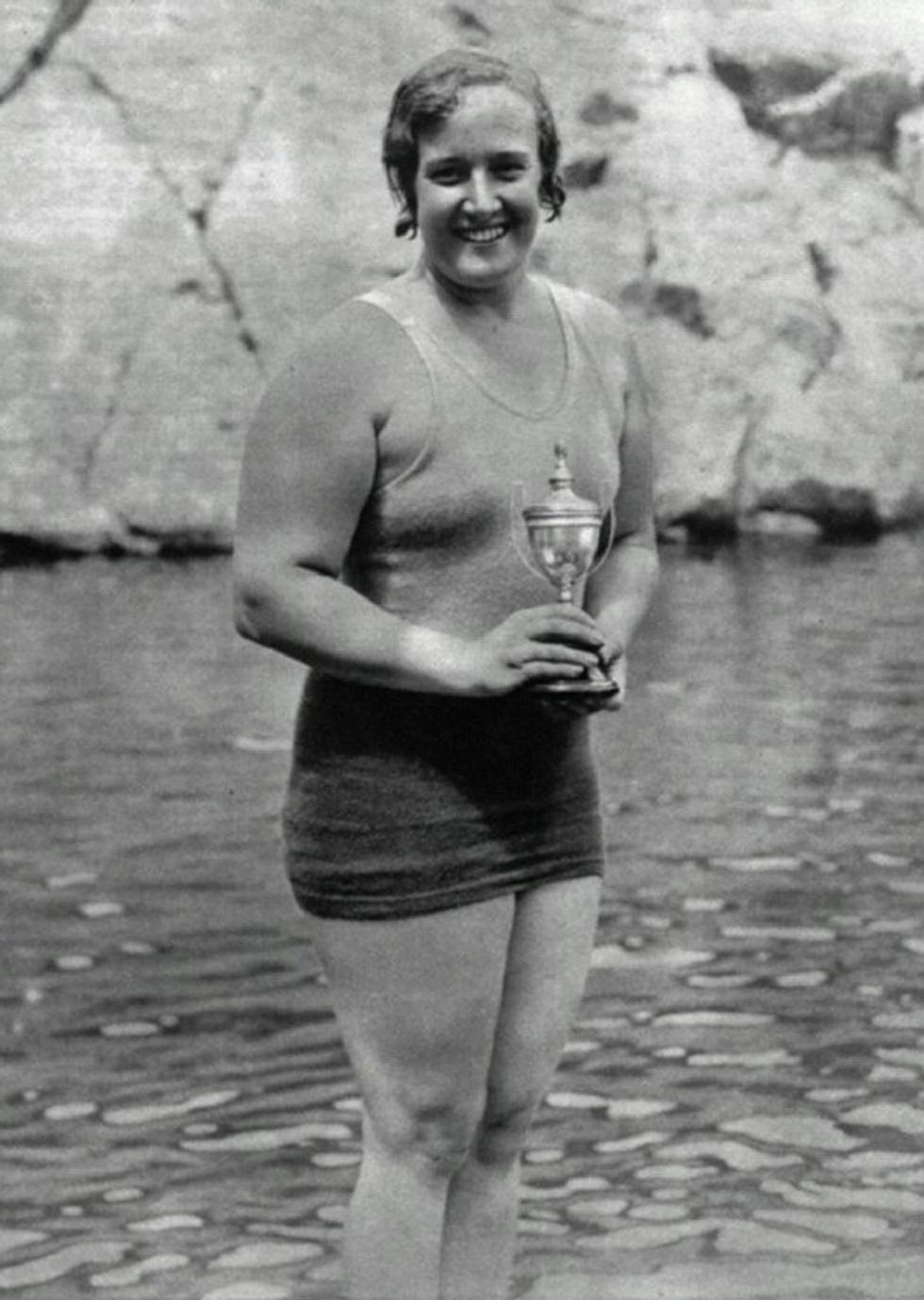 Clara Stauffer posa con un trofeo de natación.