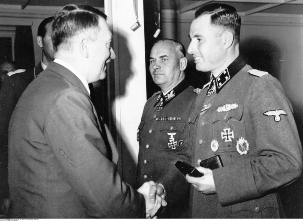 Hitler felicita al belga León Degrelle tras condecorarle en 1944 con la Cruz de Caballero con Hojas de Roble.