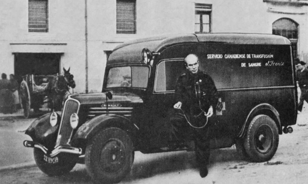 El médico canadiense Norman Bethune, ante la unidad móvil de transfusión de sangre que usó en la Guerra Civil.