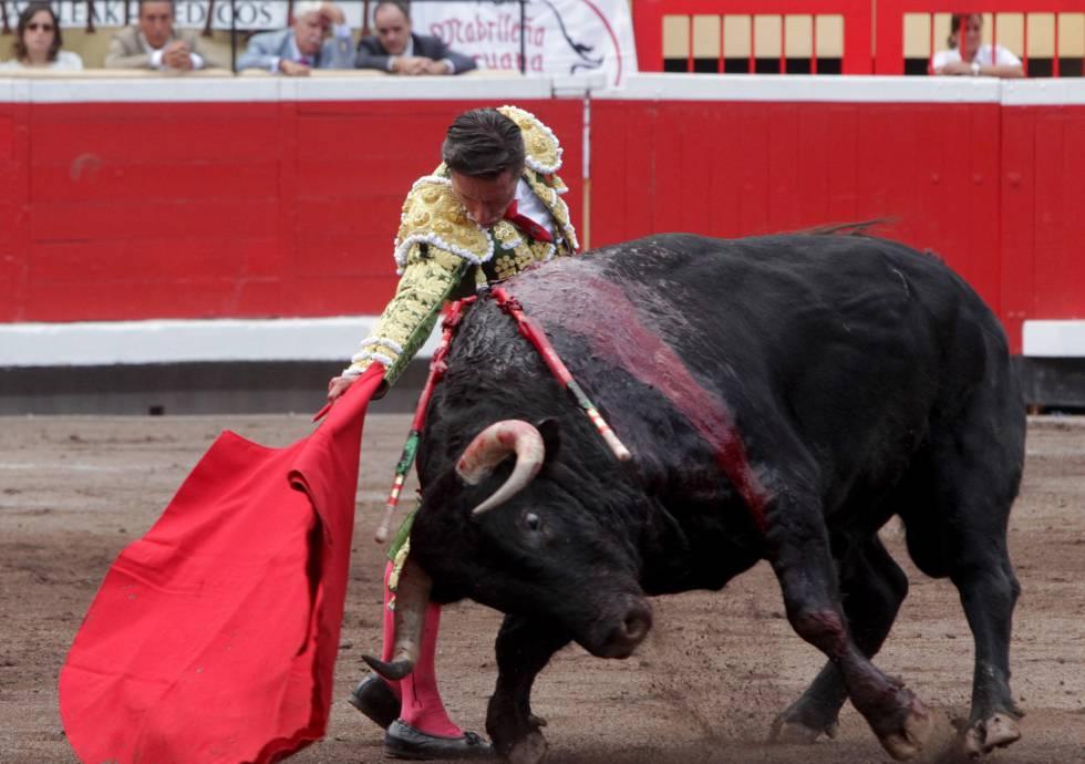 Diego Urdiales, en su primer toro.