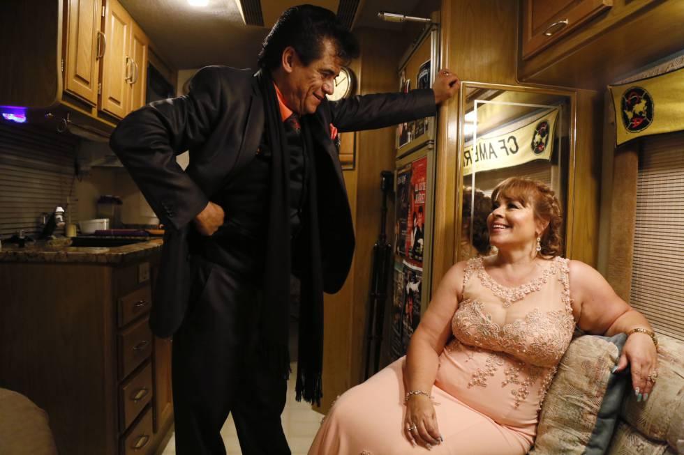 Hugo Cortés con su esposa Lily caracterizados de Juan Gabriel y Rocío Dúrcal para un 'show' en El Paso (Texas)