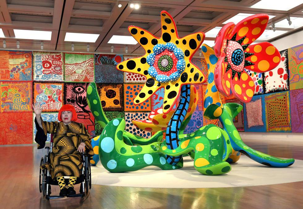 La japonesa Yayoi Kusama, en 2016 delante de su pieza 'Flowers that Bloom Tomorrow' en Tokio.