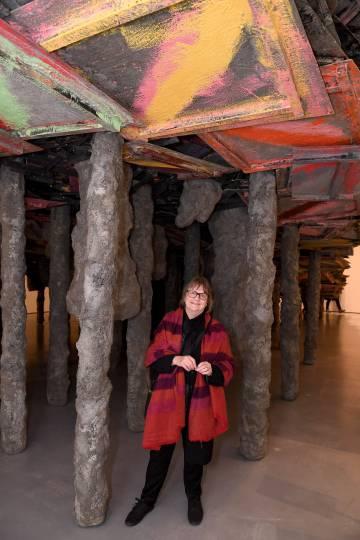 Phyllida Barlow, en su obra 'Screestage' en 2013.