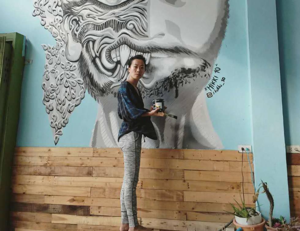 La artista Luanna Lee, junto a una de sus creaciones en un albergue en Bangkok (Tailandia), en la pasada primavera.