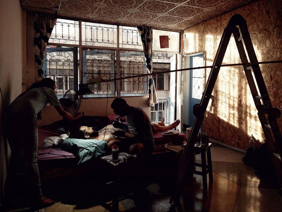 El tatuador ruso Yury Yantsen hace un trabajo a su anfitrión.