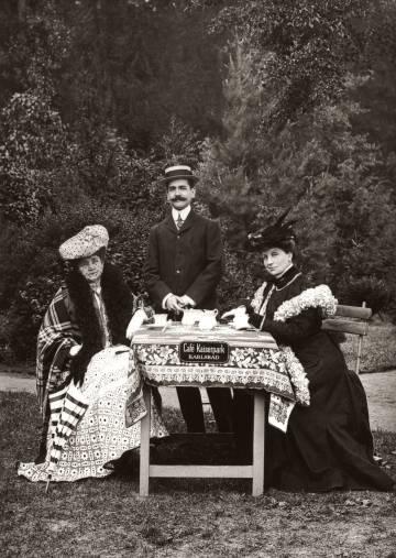 Raymond Roussel, entre su madre y una amiga, en un café checo hacia 1900.