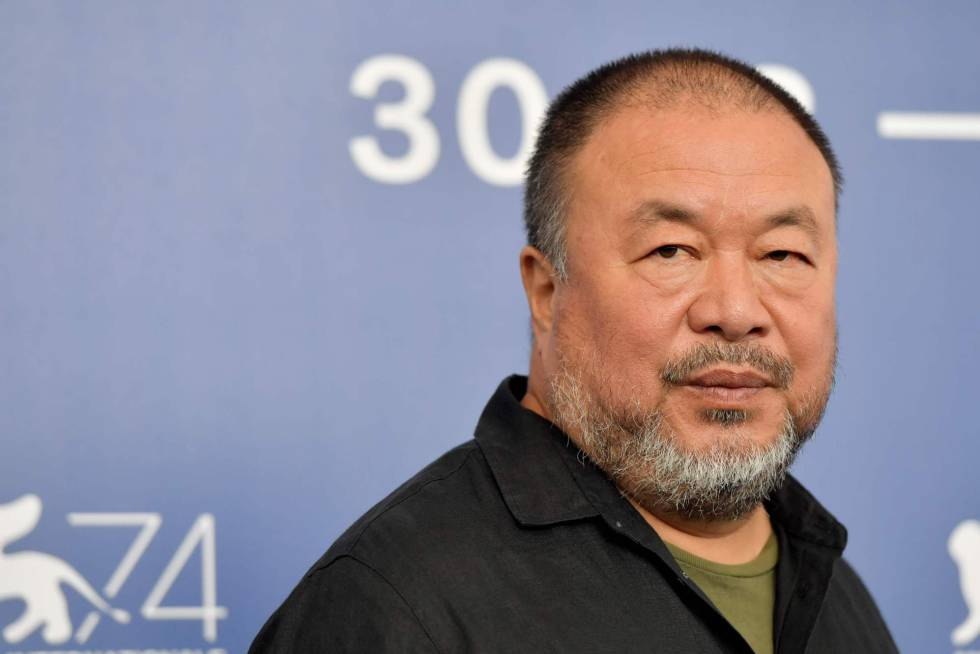 Ai Weiwei posa ante los fotógrafos en Venecia.