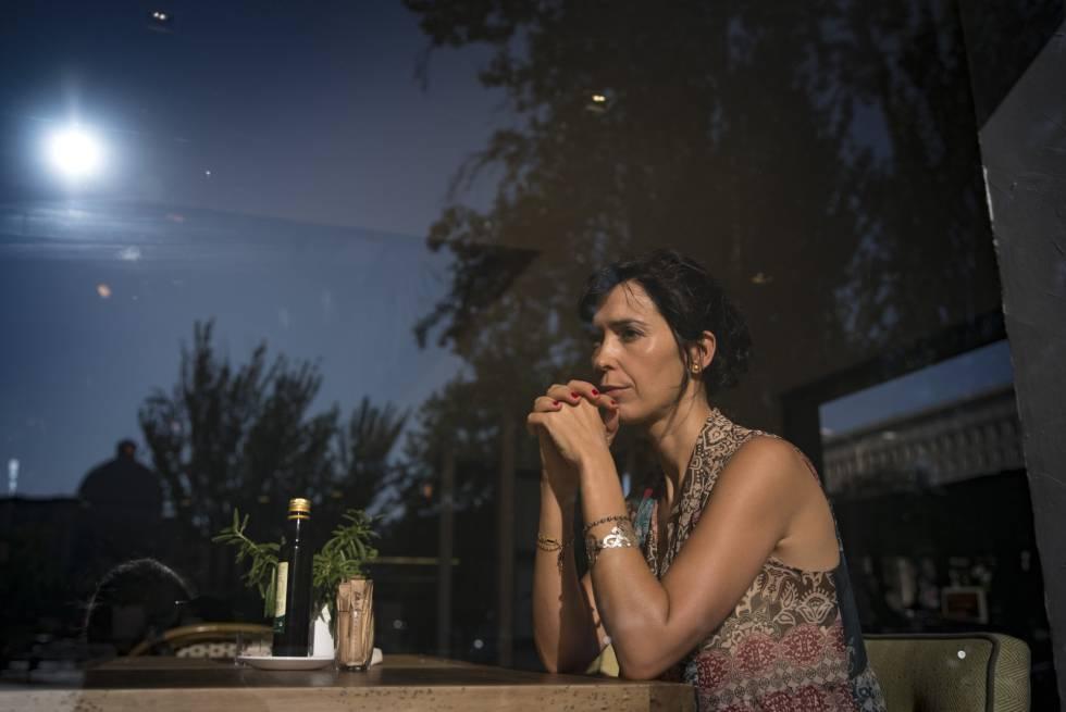 La escritora Edurne Portela, el martes en una cafetería de Madrid.