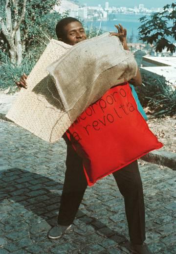 'P15. Parangolé Capa 12. Eu incorporo a revolta' (1967).
