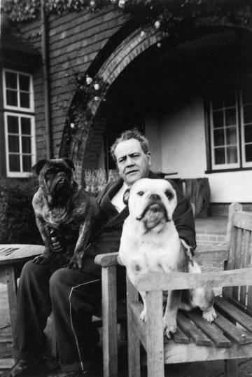 Juan Negrín, con sus perros 'Melchor' y 'Gaspar', en su exilio en Dormers en 1944.