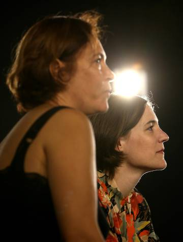 La directora, Carla Simón (derecha), y la productora, Valérie Delpierre, de 'Verano 1993' tras el anuncio de la película española que competirá a los Oscars.