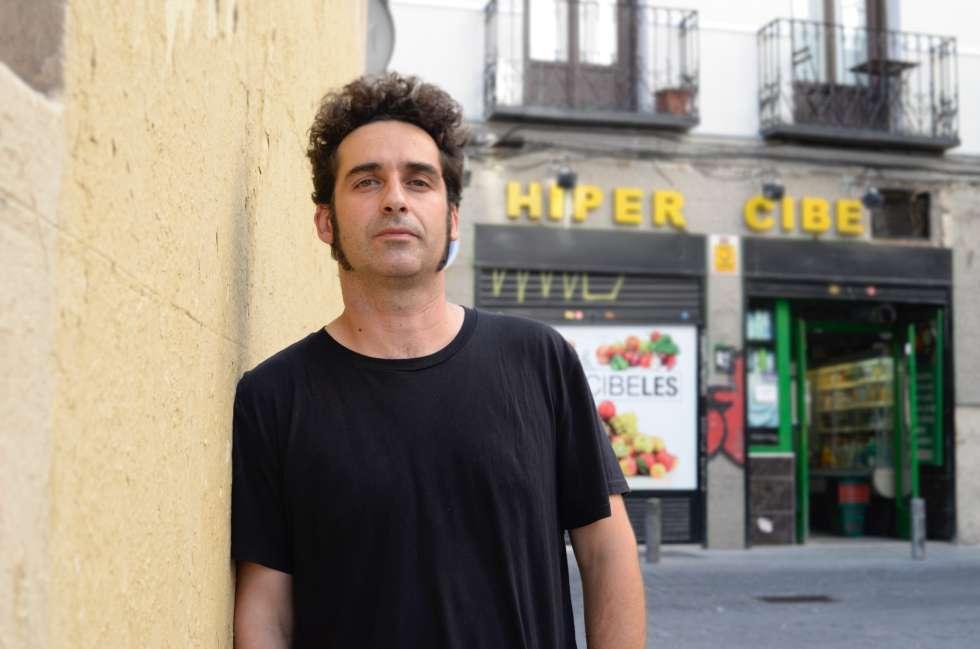 Juan López, junto al Hiper Cibeles de la calle del Fúcar, en Madrid.