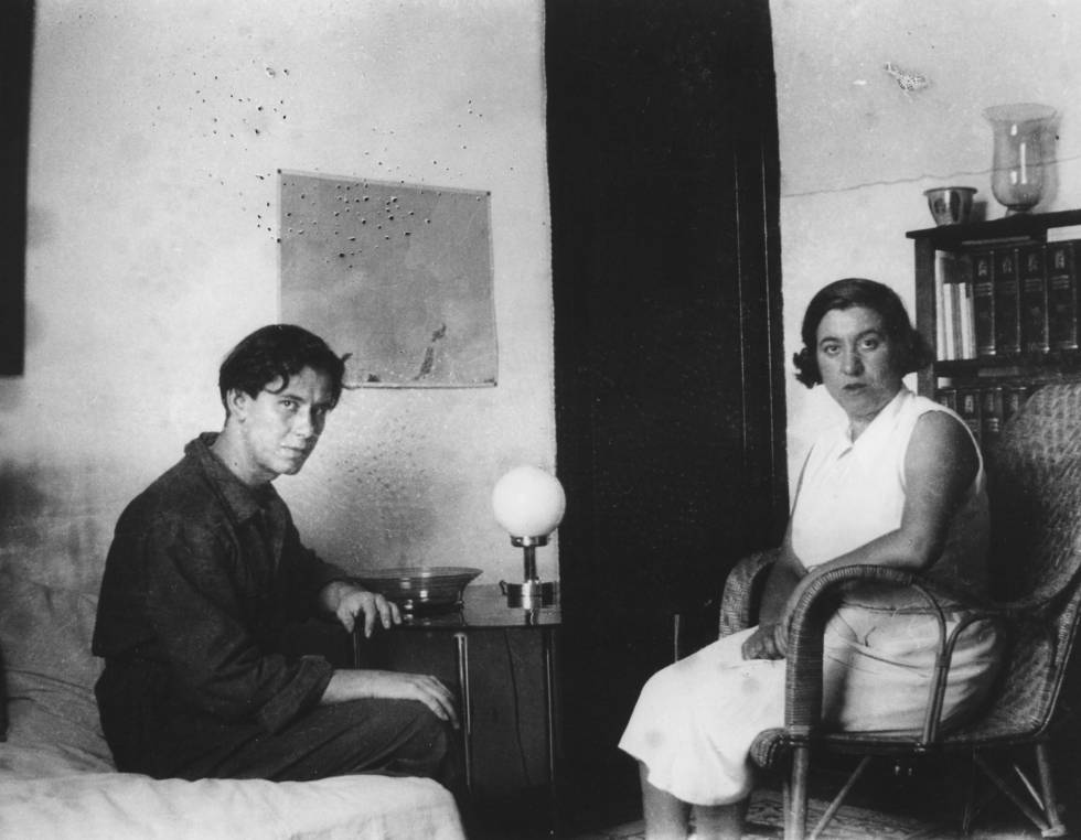 Concha Méndez y Manuel Altolaguirre, en su casa de Madrid en una imagen sin datar.