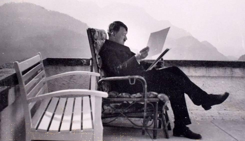 Adolf Hitler, en la terraza del Berghof.