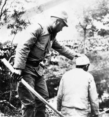 Soldado japonés a punto de ejecurar a un civil chino en Nankín.
