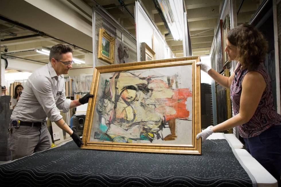 Nathan Saxton, especialista en exposiciones del Museo Arte de la Universidad de Arizona, y Kristen Schmidt, secretaria de exposiciones, examinan el cuadro tras su recuperación.