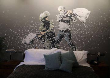 Banksy decora un hotel de Belén con vistas al muro israelí