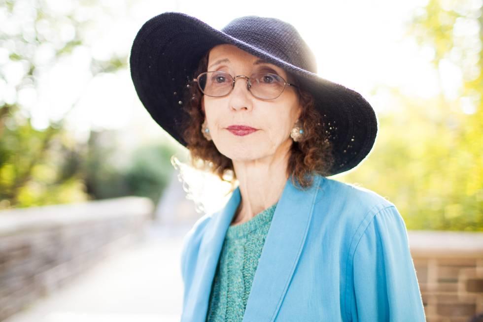 La escritora estadounidense Joyce Carol Oates posa en los jardines de la Universidad de Princeton.
