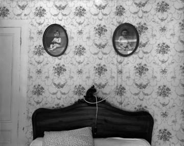 Ferme du Garet, la habitación de los padres, 1984. En el medallón de derecha a izquierda, Jean et Raymond Depardon