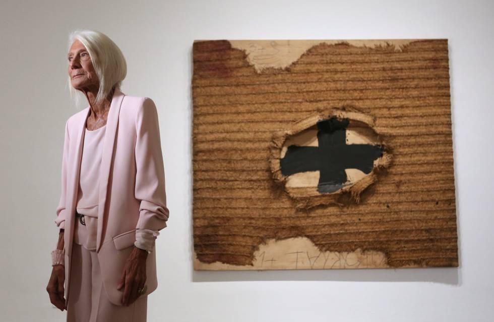 Soledad Lorenzo, ayer junto a 'Estora', obra de Tàpies que se exhibe en el Reina Sofía.