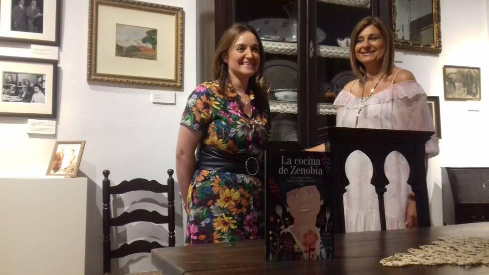 Pepi Gallinato Ollero y María José Blanco Garrido, con su libro en el comedor de la casa de Juan Ramón en Moguer.
