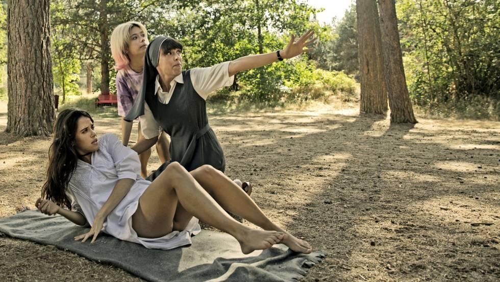 De izquierda a derecha, Macarena García, Anna Castillo y Belén Cuesta, en un fotograma de 'La llamada'.