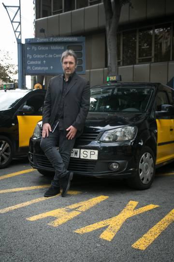 Carlos Zanón, esta semana, en una parada de taxis de Barcelona.