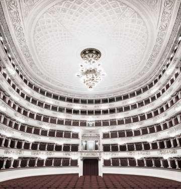 'Milano', imagen de la serie 'Fratelli d'Italia (2005-2016), de Matthias Schaller, que ha fotografiado más de 150 teatros de toda Italia.