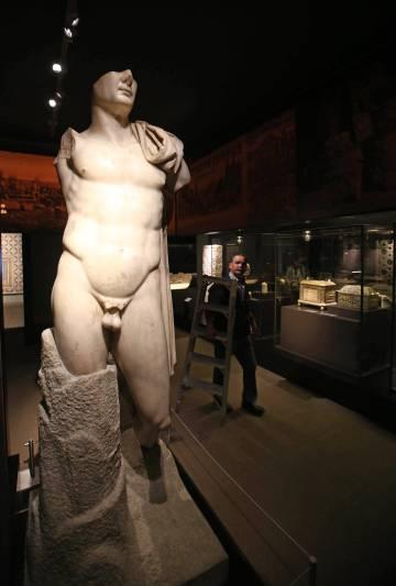 Estatua de Trajano (siglo II), hallada en Itálica, en las salas de la muestra 'El poder del pasado'.