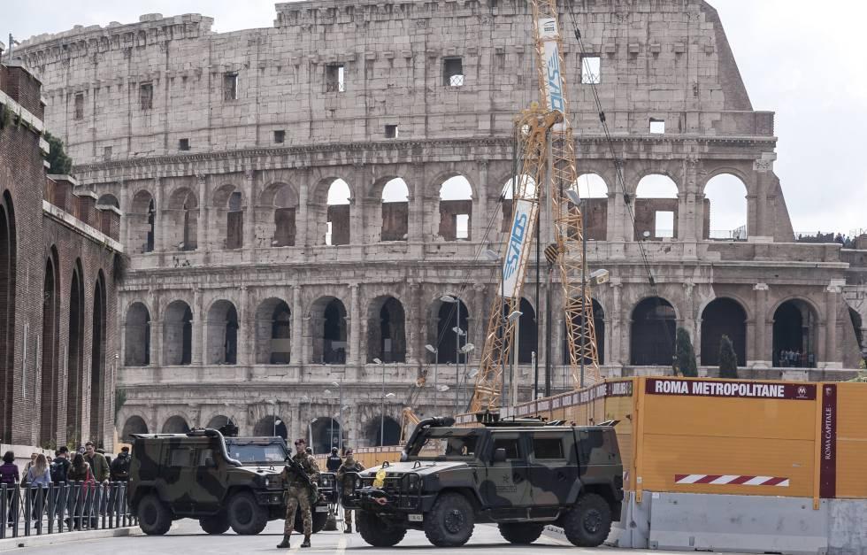 Soldados italianos vigilan los alrededores del Coliseo, el pasado 23 de marzo.