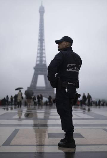 Un agente de la policía francesa en la plaza del Trocadero de París.
