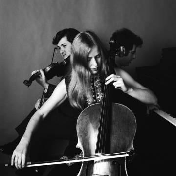 Pinchas Zuckerman, Jacqueline Du Pré y Daniel Barenboim, en una imagen en 1960.
